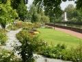 Rosengarten mit Insel Schwal und Denkmal von E. Scharff
